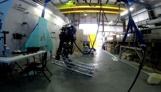 Робот Atlas научился переносить грузы