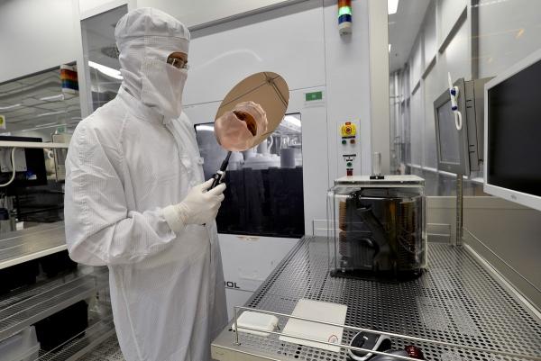 Производитель чипов Infineon сделал крупнейшую покупку