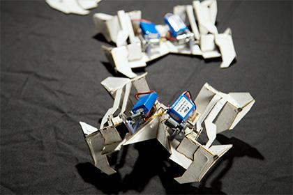 Оригами-робот сам складывает себя из бумаги и ходит