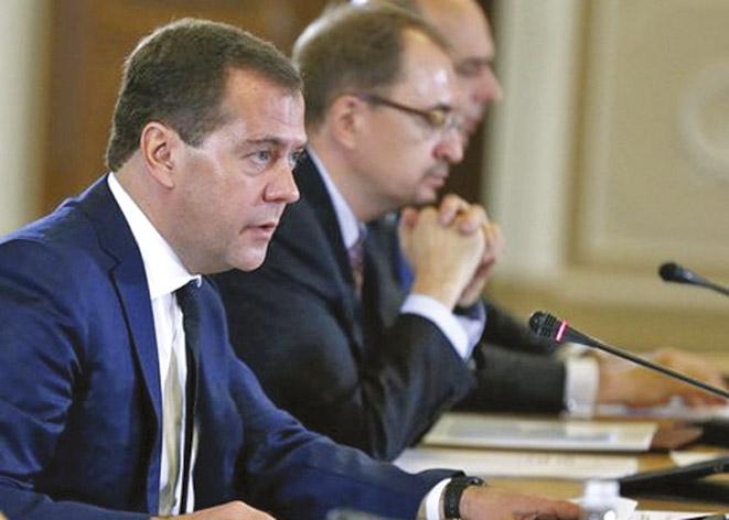 Медведев предложил подумать об отмене пошлин на оборудование для производства чипов