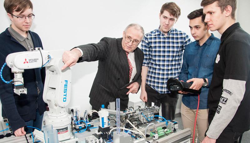 В ДВФУ создан промышленный робот с элементами ИИ